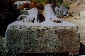 Η λίστα των τοπωνυμίων του Αιγαίου, στη βάση ενός αγάλματος στον ταφικό ναό του Αμένοφι Γ' στο Κομ ελ-Χετάν.