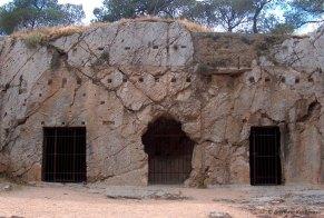 "H ""Φυλακή του Σωκράτη"" όπως είναι σήμερα. Προσέξτε τις δοκοθήκες πάνω από τις πόρτες."