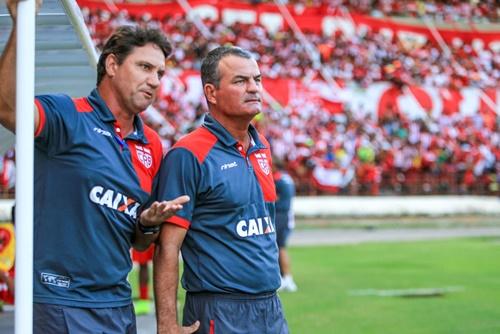 O auxiliar João Brigatti, ao lado de Mazola Júnior, será o técnico de campo do CRB na noite de hoje em Goiânia (Foto: AILTON CRUZ)