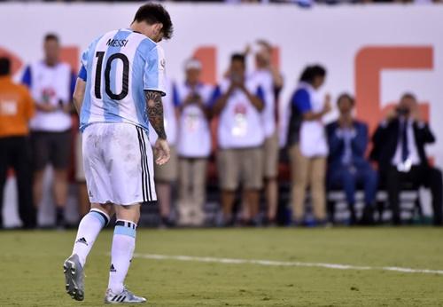 Messi desolado após perder o 1º pênalti da Argentina na disputa com o Chile (Foto: www.gazetaesportiva.com)