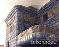 Печь из глазурованного синего кирпича со вставками из природного камня