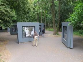 Besökare kan stanna till vid ett antal stationer och läsa om Westerplatte före och under andra världskriget.