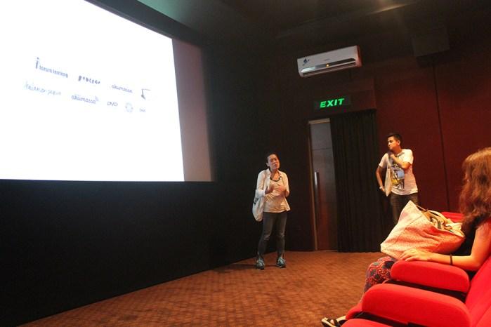 Makiko Wakai sedang memberikan penjelasan tentang filem Voices from the Waves Shinchimachi.