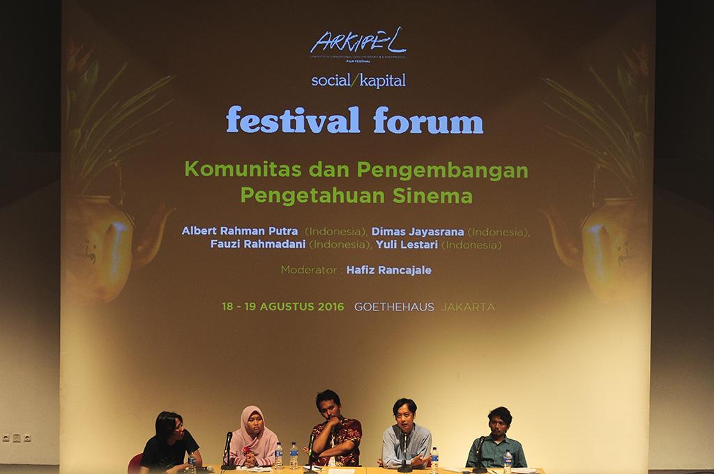 Dari kiri ke kanan: Hafiz Rancajale (moderator), Yuli Lestari (Malang Film Festival), Fauzi Rahmadani (Layar Kamisan Jember), Dimas Jayasrana (Festival Film Purbalingga), Albert Rahman Putra (Komunitas Gubuak Kopi, Solok).