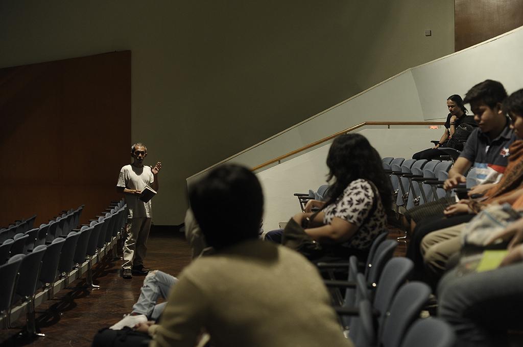 Ugeng T. Moetidjo saat membuka acara penayangan filem-filem Kompetisi Internasional di GoetheHaus, 20 Agustus 2016. / Ugeng T. Moetidjo welcomed the audiences in the GoetheHaus in the screening program, August 20, 2016.
