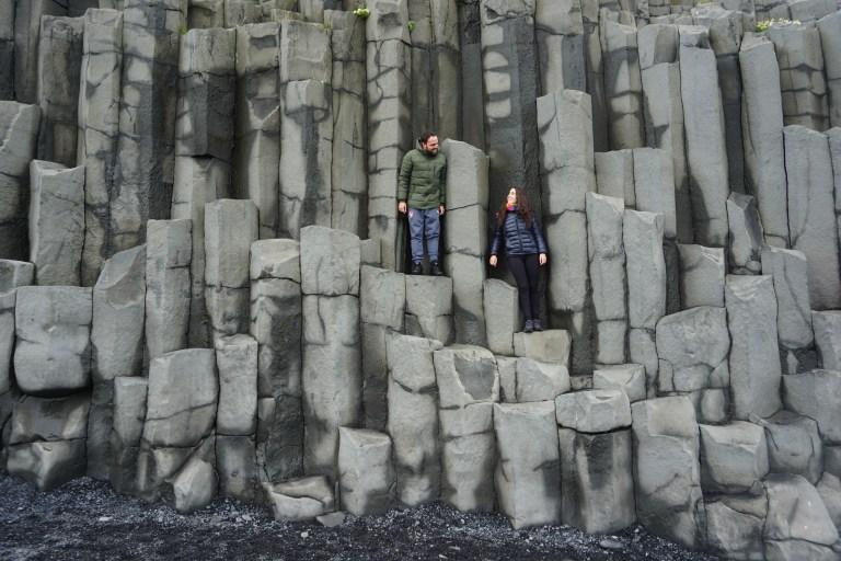 Reynisdrangar y sus columnas de basalto, una postal clásica de la ruta por Islandia.