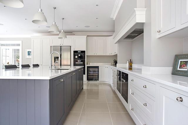 Muebles de Cocina a medida cubiertas en Piedra y puertas en colores