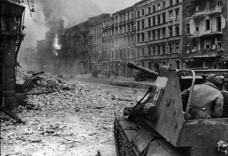 САУ СУ-76 ведет бой на улицах Берлина