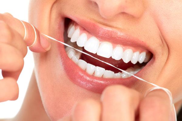 Comment bien utiliser le fil dentaire