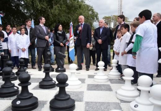 """Se pondrá en funcionamiento el juego de ajedrez gigante emplazado en el """"Bracito Fuerte""""."""