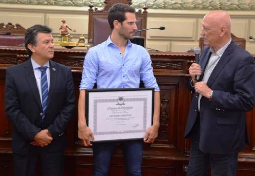 Joven automovilista de la región fue reconocido en la Legislatura provincial.