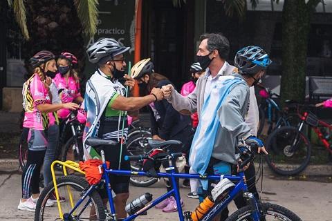 """Verdecchia recibió al grupo de ciclistas """"Rueda Conmigo Tándem""""."""