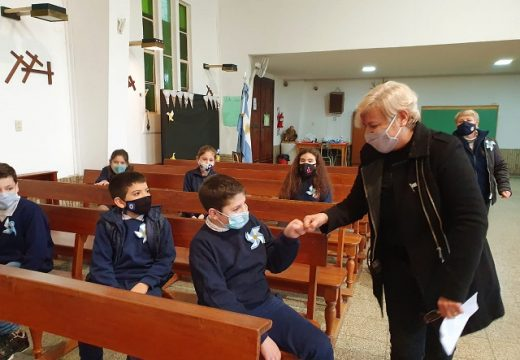 Clérici tomó promesa de lealtad a la bandera a alumnos del colegio San Antonio de Padua.