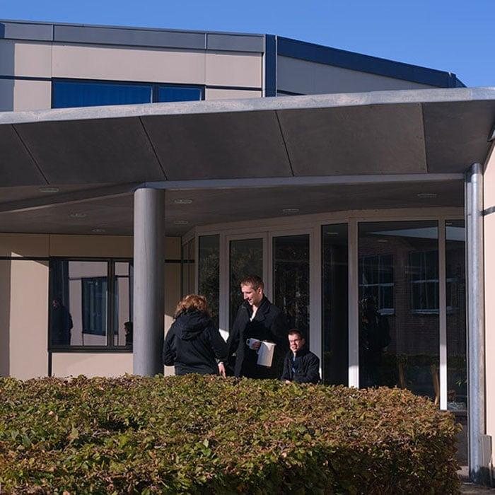 Tømrer- & Snedkerfirmaet Arne Danielsen A/S - Brande Højskole - Udskiftning af facadebeklædning