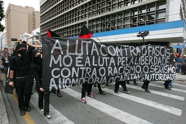 A luta contra o neofascismo e pela liberdade política,