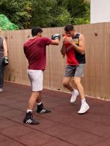 <h5>Boxfit Training mit dem Champ im Arnold Boxfit 4133</h5><p>Mittagstraining: Mo, Mi & Fr 12:00 - 13:00 Uhr; Abendtraining: Mo 20:00 - 21:30 Uhr, Di & Do: 18:30 - 20:00 Uhr, Fr. 19:30 - 21:00 Uhr, mit Sparring: Mi 19:30 - 21:00 Uhr, Sa 11:00 - 12:30 Uhr</p>