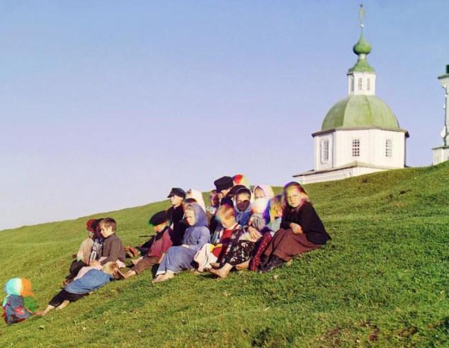 Dzieci siedzą na wzgórzu Jeziora Białego (północno-zachodnia część Rosji)