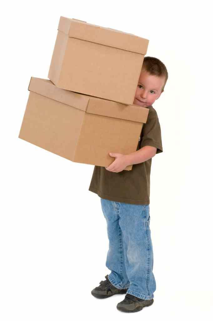 Umzug mit Kindern - Kind mit Umzugskartons