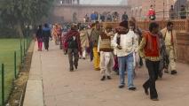 Groep behoeftigen die ontbijt hebben gehad bij de Taj Mahal