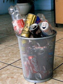Basurero lleno de latas