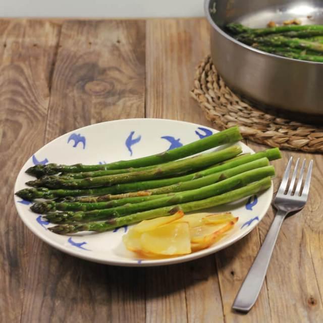 Čerstvý zelený chřest na másle s česnekem - jednoduchý jarní zeleninový recept