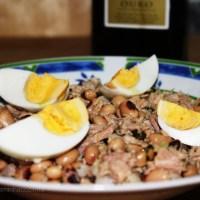 Salada de feijão frade com atum e ovo cozido