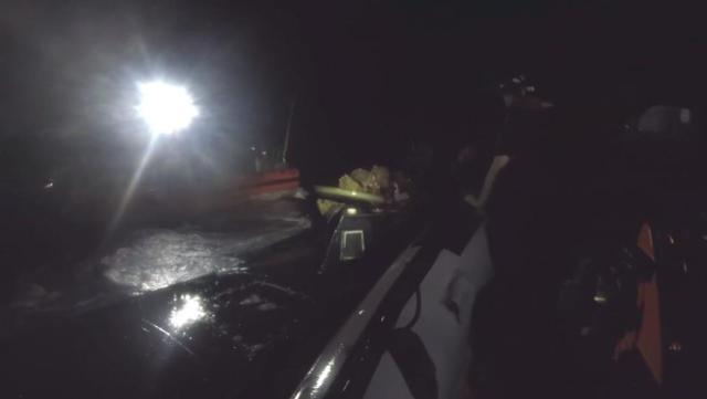 Gardes-côtes à bord du navire à profil bas dans le Pacifique Est