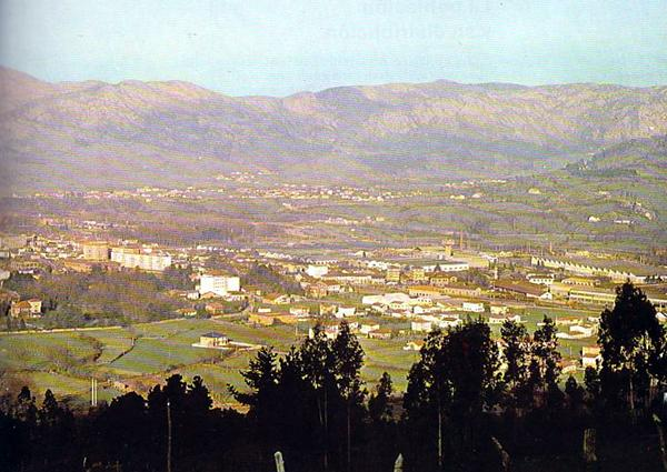 A panoramic view of Los Corrales de Buelna taken in the early 1970s. The factory chimneys and installations can clearly be seen on the outskirts of the village.
