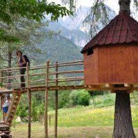 Quel villaggio in Friuli dove si dorme sugli alberi e si va alla scoperta delle Dolomiti