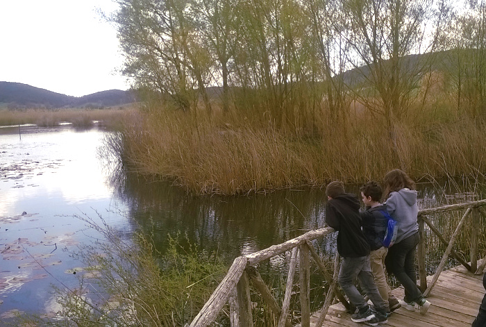 bambini sulle sponde della laguna del parco regionale di colfiorito