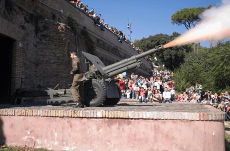 Roma con i bambini. Colpo di cannone sparato dal colle Gianicolo a Roma