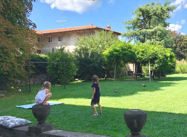 bimbi che giocano a pallone nel giardino della Casa di Scorta, Bergamo