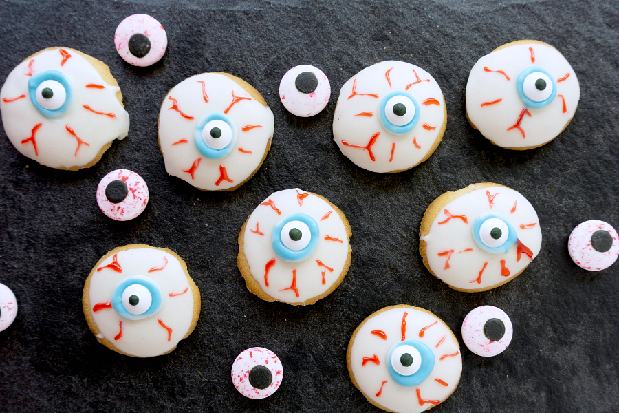 How cool are these creepy Halloween Eyeball Cookies? They are super easy to make because you just start off with vanilla wafers and white chocolate. A little icing and decoration and they are ready for your little trick-or-treaters to enjoy.