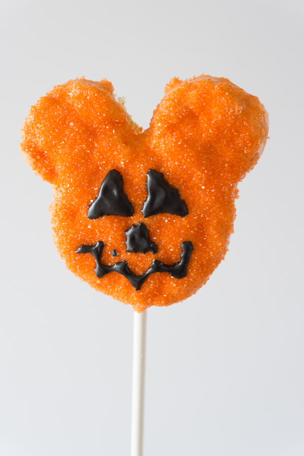 Love this Mickey Jack o' Lantern Crispy Treat! You won't believe how simple and easy these Homemade Disney Halloween Mickey Crispy Treats are to make.