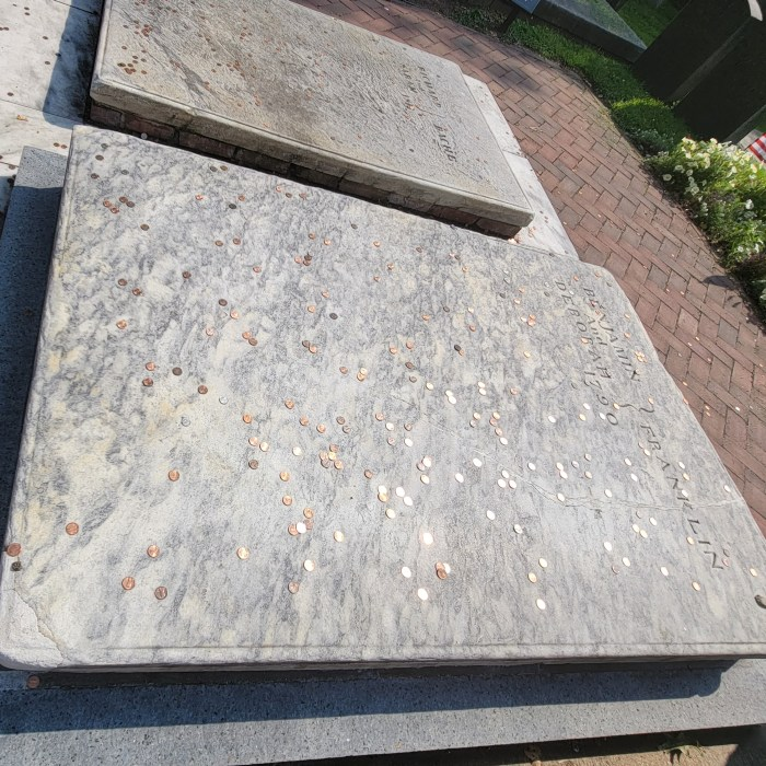 The graves of Benjamin Franklin and his wife