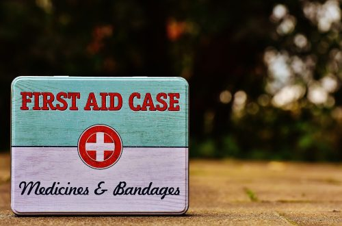 Image of a white, red, and blue first aid case.