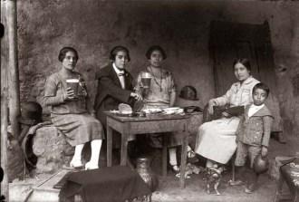 Martin-Chambi-Senoritas-en-la-Chicheria
