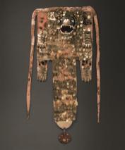 Atuendo ceremonial Atuendo ceremonial de estilo mochica (200-850 d.C.) de diversos materiales (oro, cobre, algodón, concha, pluma y resina) que lleva puesto el Ai-Apaec en la ceremonia del chacchado de coca. Foto: Yutaka Yoshii, Proyecto Arqueológico Huacas del Sol y de la Luna, Ministerio de Cultura del Perú / MALI