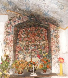 nicho con decoraciones florales pintados que rodean el corazón sagrado, del siglo 18, Con- vento de Santa Catalina, Arequipa. En el techo hay pinturas murales posteriores (probablemente 19o ry centu-) dado que representan, haciendo referencia a uno de los instrumentos de la pasión