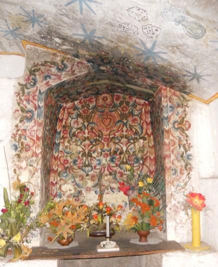 nicho con decoraciones florales pintados que rodean el corazón sagrado, del siglo 18, Con- vento de Santa Catalina, Arequipa. En el techo hay pinturas murales posteriores (probablemente 19o ry centu-) dado que representan, haciendo referencia a uno de los instrumentos de la pasión.