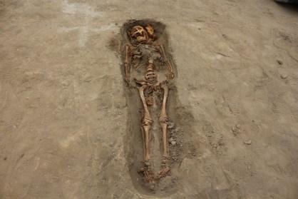 Director del proyecto de excavación, Feren Castillo, explicó que estas personas habrían sido sacrificadas en un ritual para las divinidades de la Cultura Chimú con la finalidad de aplacar la ira de la naturaleza. Foto: Cortesía/ Luis Puell