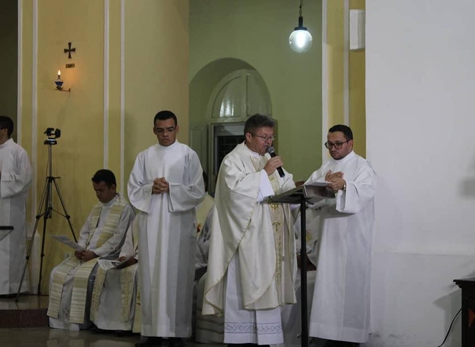 Padre Antonio Barbosa, lendo (em português) o texto que de autorização da Santa Sé para abertura do processo