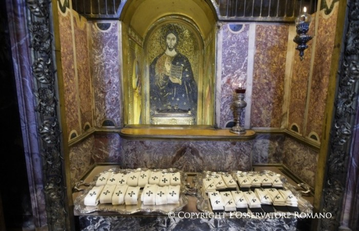 En la fiesta de Pedro y Pablo, Francisco bendice los palios de los arzobispos metropolitanos