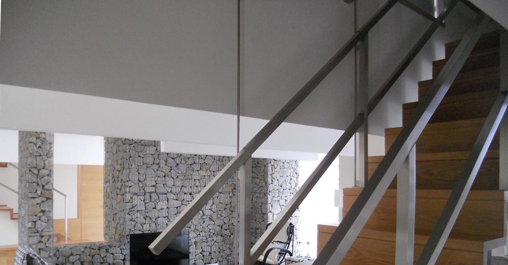 arquitecto-porto-beluso-bueu-escalera- colgada-tirantes-casa