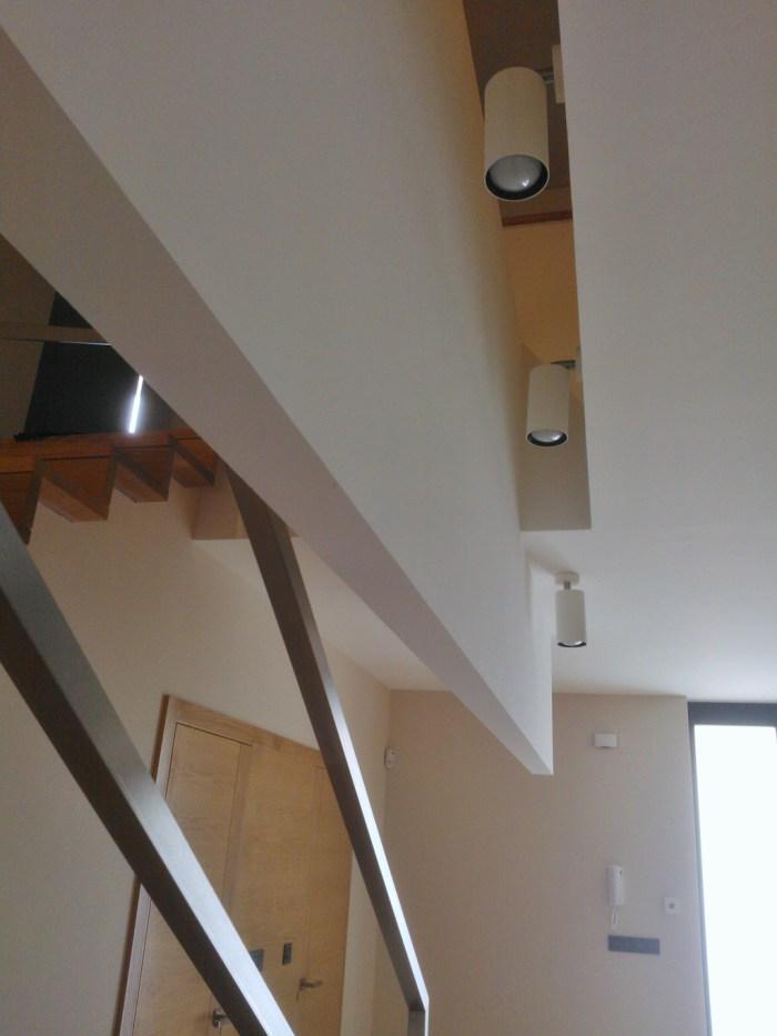arquitecto-porto-beluso-bueu-hall-entrada-iluminacion-indirecta