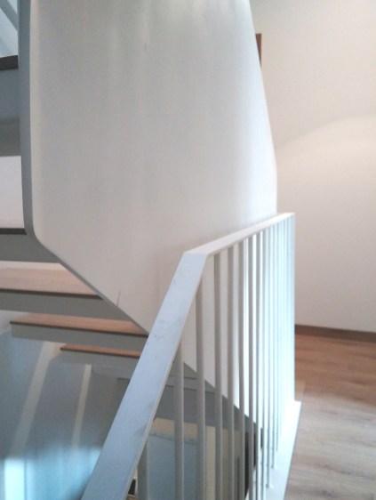 arquitecto-rehabilitacion-vivienda-marin-escalera-caracol-hierro-blanca-curras