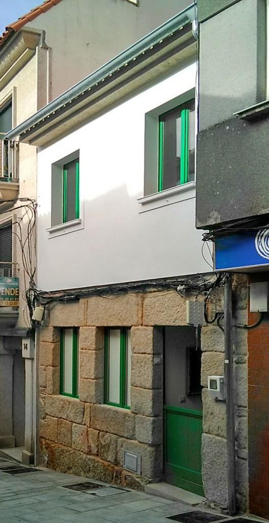 arquitecto-vivienda-marin-ventanas-cedro-verdes-revoco-termico-blanco-curras