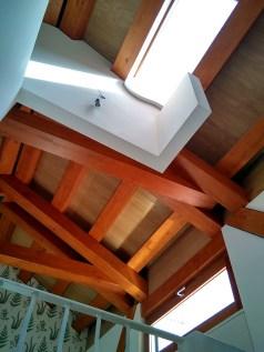 arquitecto-vivienda-atico-marin-claraboya-escaleras-cercha-madera-curras