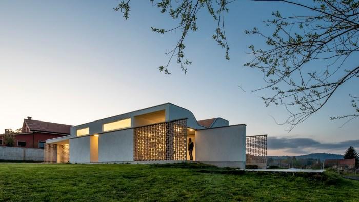 arquitecto-rodrigo-curras-torres-santiago-compostela-casa-cubierta-ondulada-celosia