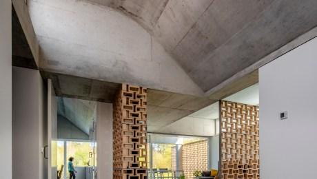 arquitecto-rodrigo-curras-torres-santiago-compostela-vivienda-claristorios-hormigon-celosia